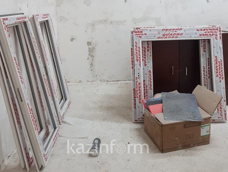 Аскар Мамин ознакомился с ходом восстановительных работ в центральной больнице Арыси