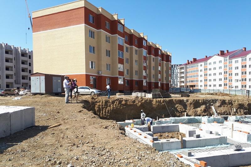 Ақтөбе тұрғындары жаңа салынған көпқабатты үйдің  құрылысына наразы