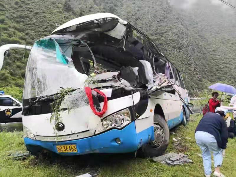 中国四川一辆旅游大巴被飞石击中 已致8人死亡