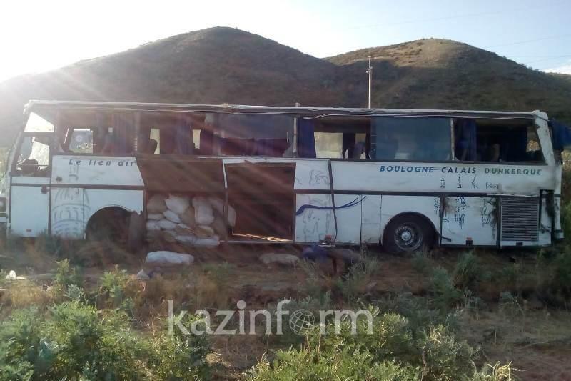 Алакөлге бара жатқан жолаушылар автобусы аударылды