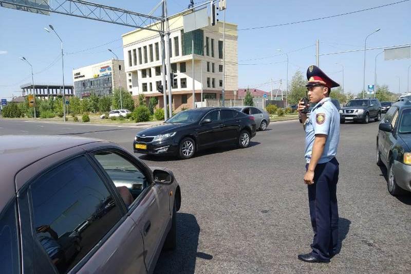 Полиция Алматы регулирует дорожное движение вручную