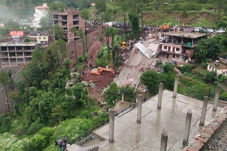 印度新德里北部城镇一楼房倒塌 造成至少8人死亡