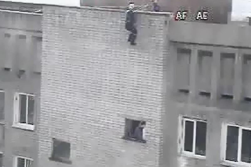 Спасатели не дали выпрыгнуть из окна 19-летнему парню в Усть-Каменогорске