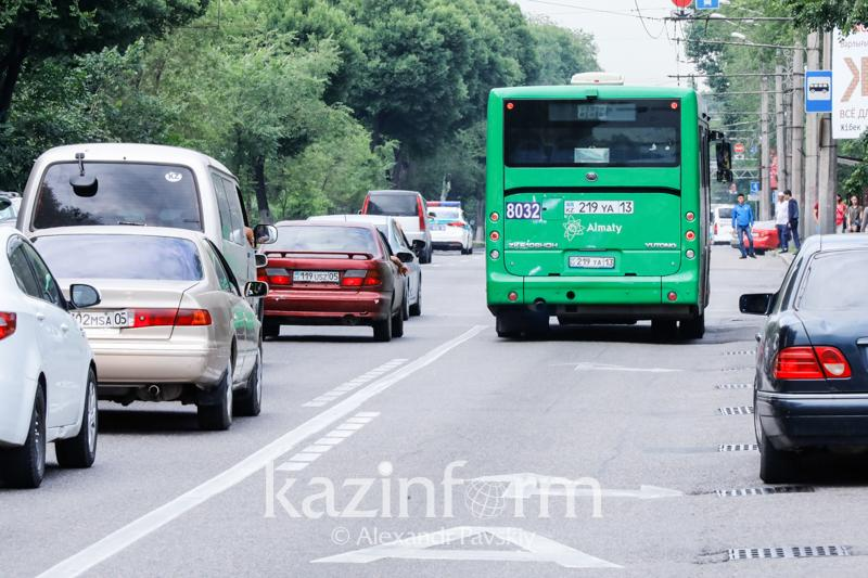 Almatyda avtobýstyń jolymen júrgen 400 júrgizýshige aıyppul salyndy