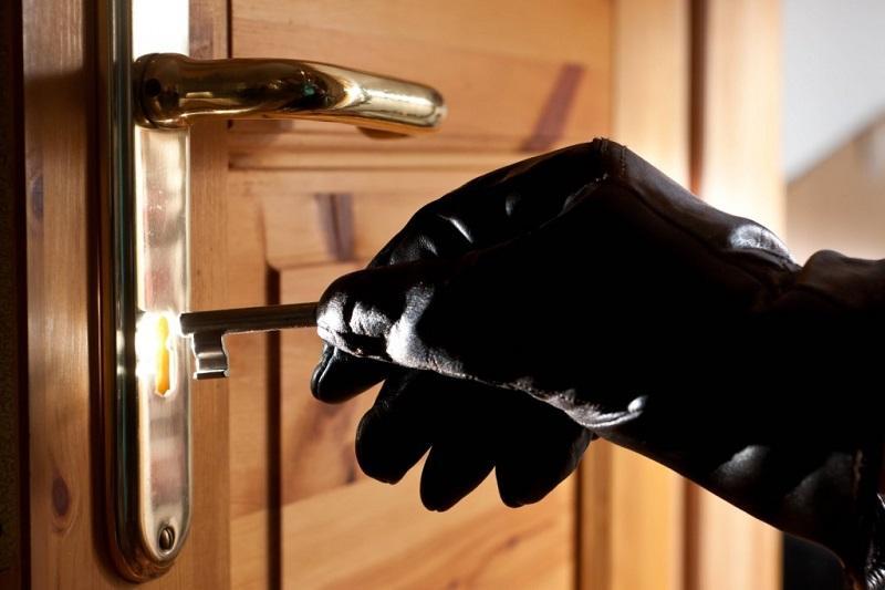 Вор проник в квартиру, украв ключи у игравшего во дворе ребенка