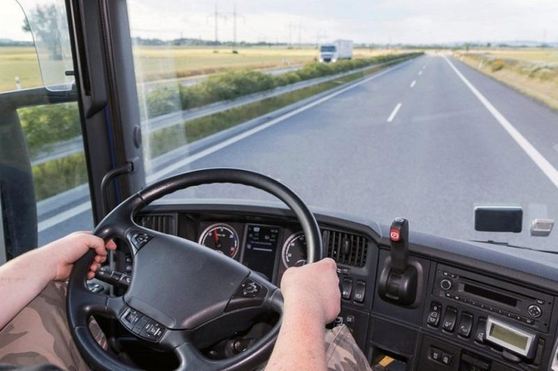Водитель грузовика наехал на транспортных инспекторов на трассе Нур-Султан – Караганда