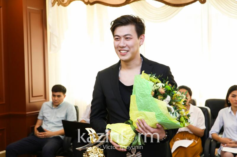 Minister of Culture congratulates 2019 Vitebsk Song Contest winner Adilkhan Makin