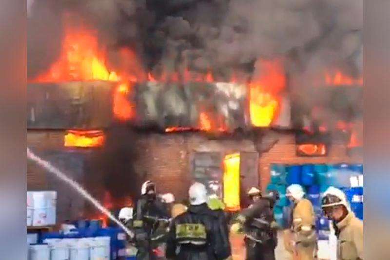 Складское помещение горит в Алматы