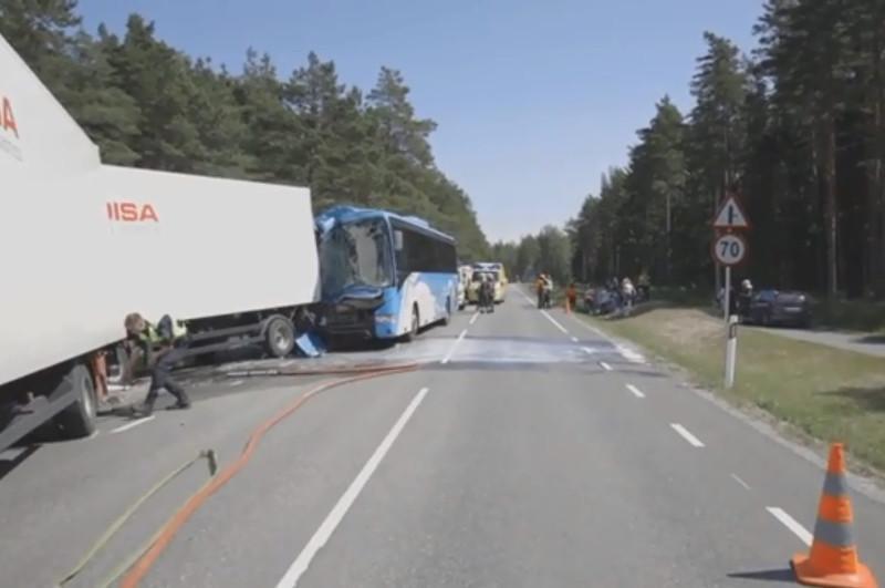 Эстонияда автобус пен жүк көлігі соқтығысты