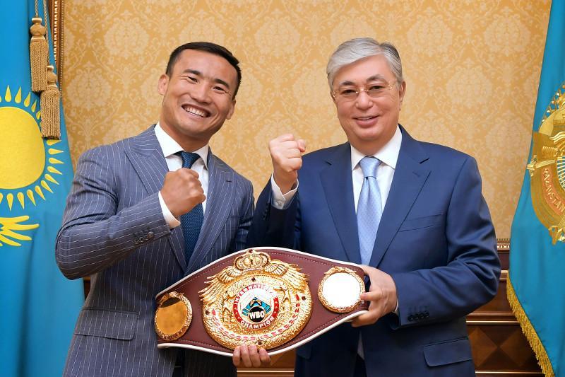 托卡耶夫总统接见职业拳手哈纳特·斯拉木