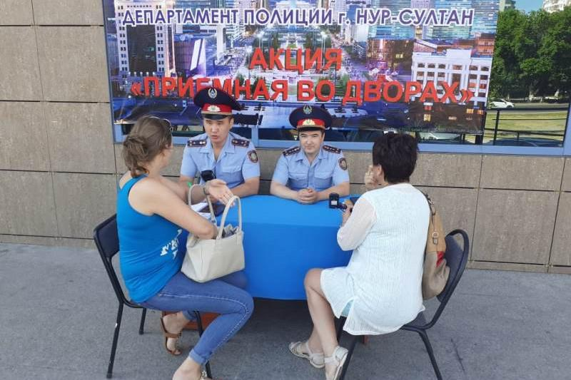 Во дворах более 40 жилых комплексов принимают граждан полицейские столицы