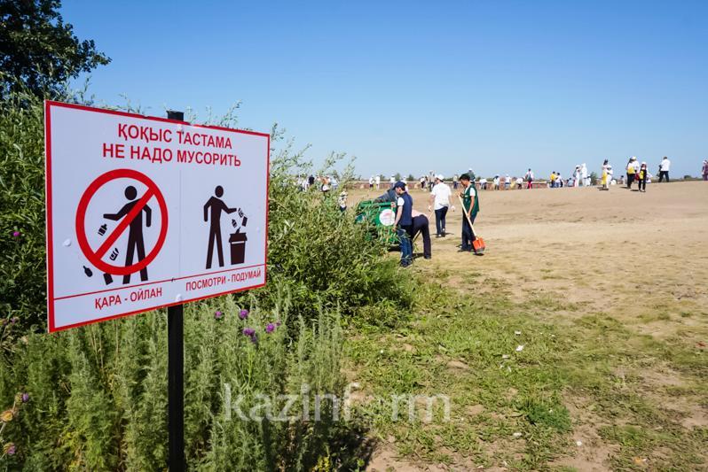 Как казахстанские министры и акимы чистили водохранилище - ВИДЕО