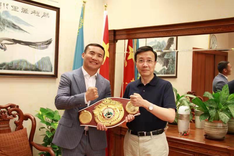 职业拳手哈纳特·斯拉木同中国驻哈大使张霄会面