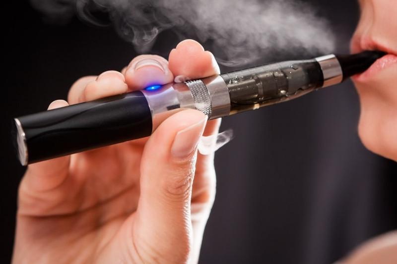 К каким болезням могут привести электронные сигареты - эксперт НЦОЗ