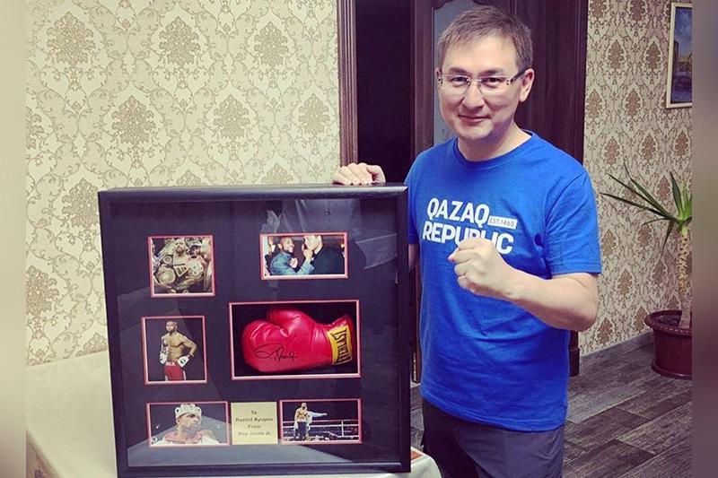 Боксёр Рой Джонс подарил Туркестану свою перчатку