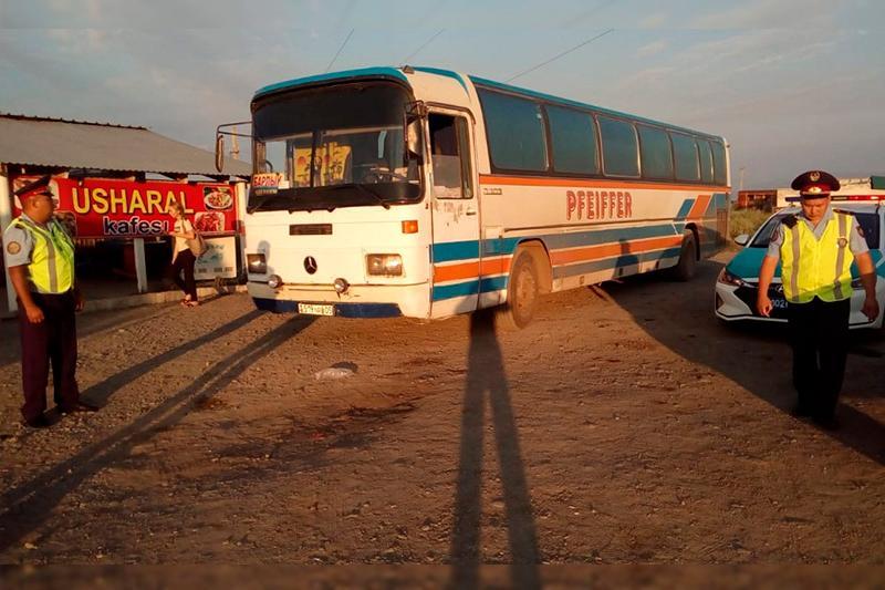 Полицейские помогли пассажирам сломавшегося на трассе автобуса в Алматинской области