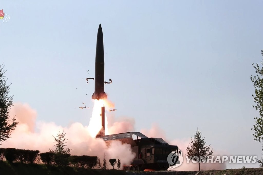 朝鲜发射2枚疑似新型导弹的飞行器