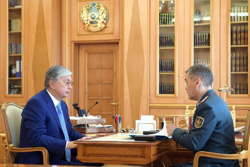 托卡耶夫总统接见国防部长叶尔梅克巴耶夫