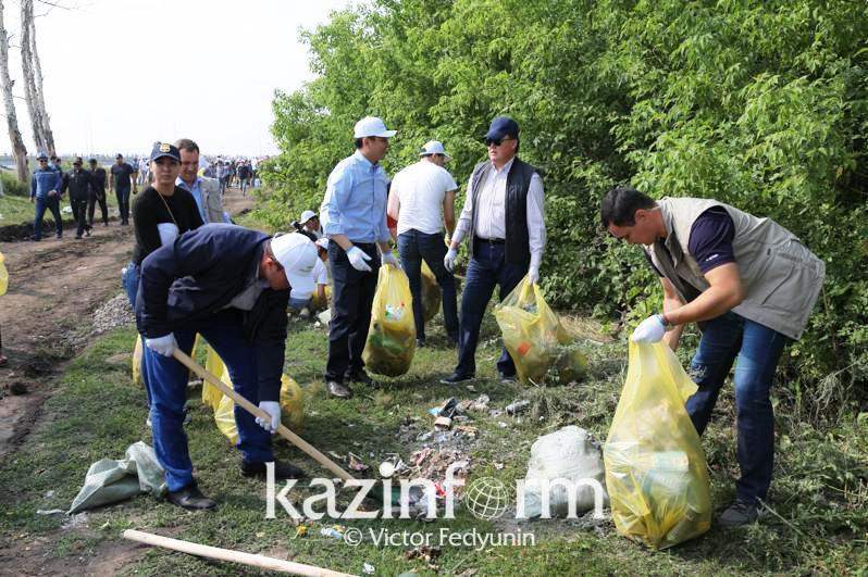 Сколько министров убирало мусор на берегах рек Есиль и Карасу близ столицы