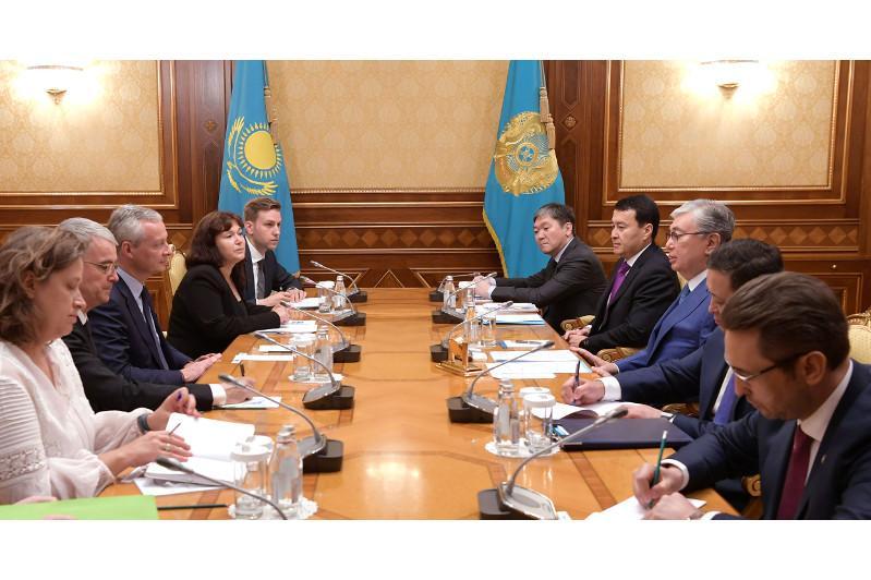 托卡耶夫总统会见法国经济和财政部部长