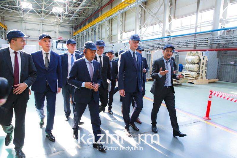 法国经济和财政部部长访问哈萨克斯坦 参观哈法合资铁路机车制造企业
