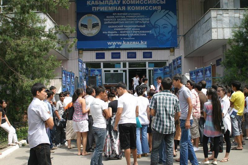Прием документов на обучение по гранту начался для выпускников из многодетных семей в Алматы