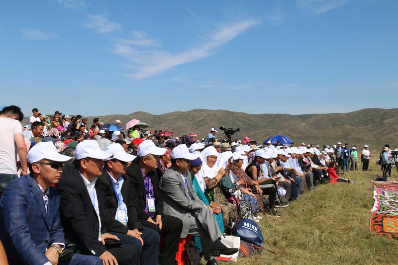 中国塔城哈萨克人举办阿依特斯弹唱大会