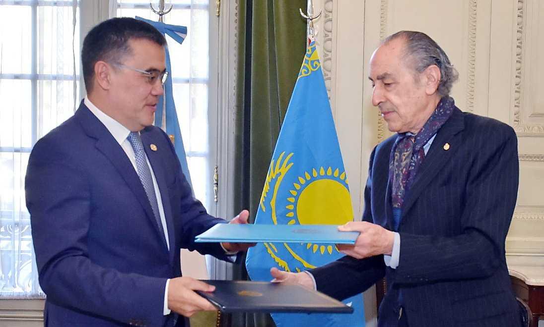 哈萨克斯坦与阿根廷签署外交培训谅解备忘录