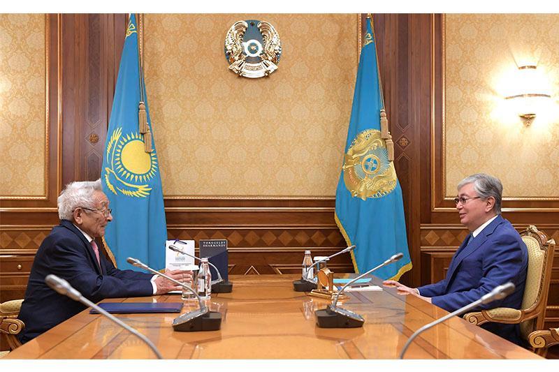 托卡耶夫总统会见沙尔马诺夫院士
