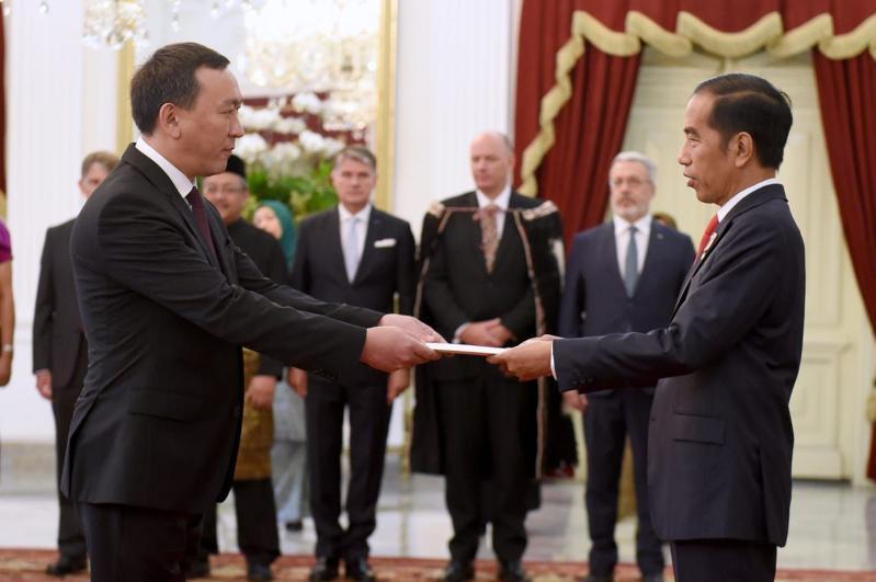 哈萨克斯坦大使向印尼总统递交国书