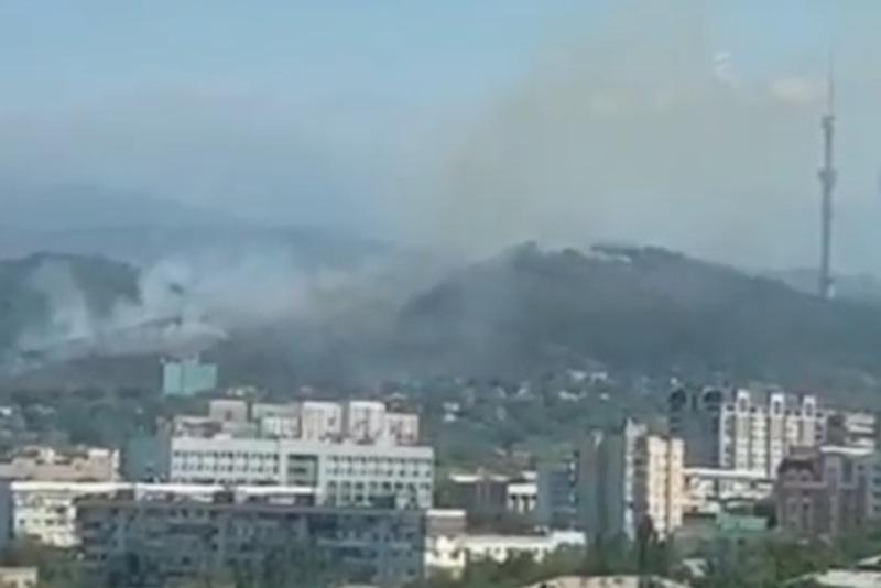 Склон горы Кок-Тобе горит в Алматы