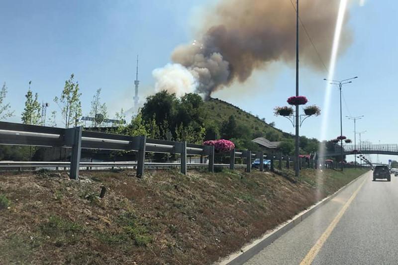 Пожар на Кок-Тобе в Алматы тушат 30 человек
