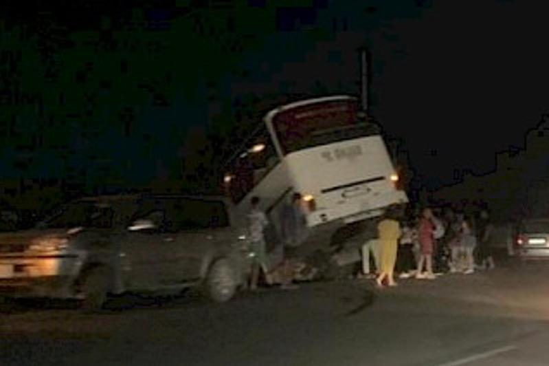 Автобус с казахстанскими туристами попал в ДТП на Иссык-Куле