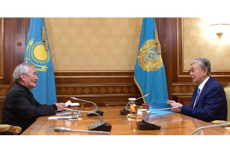 托卡耶夫接见著名作家斯玛胡勒•叶鲁拜