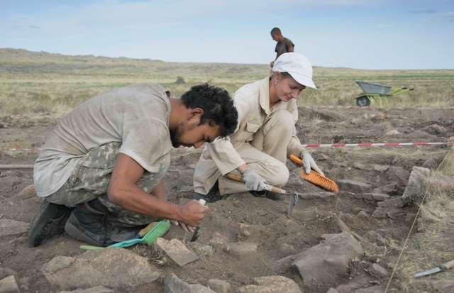 学者正在对«卡勒马克败亡地»古战场进行考古发掘