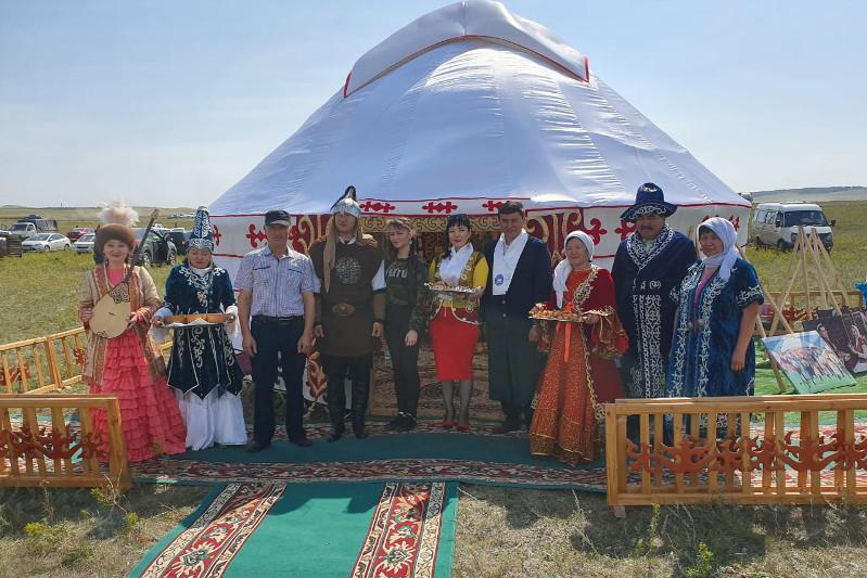 Юрту привезли на казахский праздник в России представители костанайской АНК
