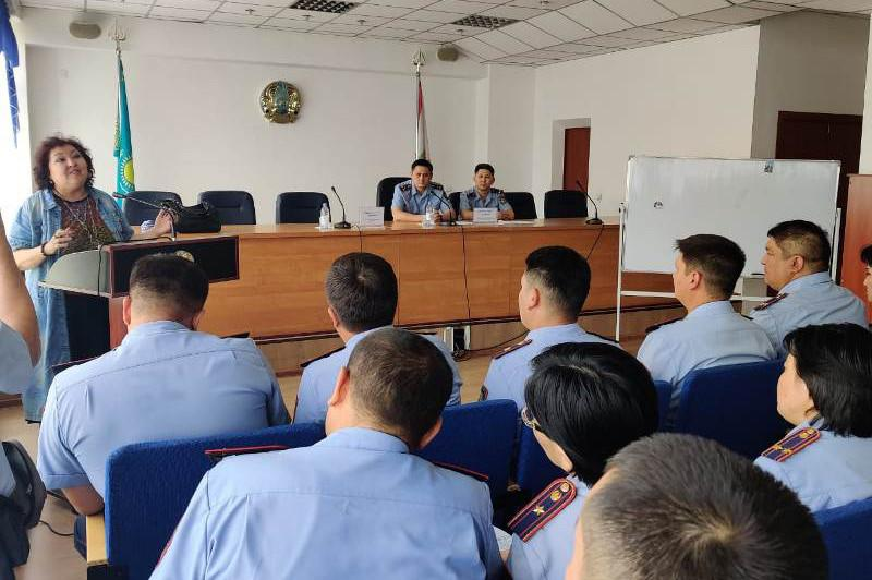 Психолог научила алматинских полицейских работать с гражданами
