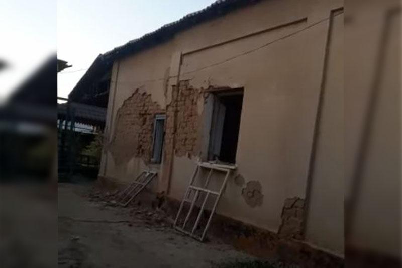 Житель Арыси разрушил свой дом топором ради компенсации