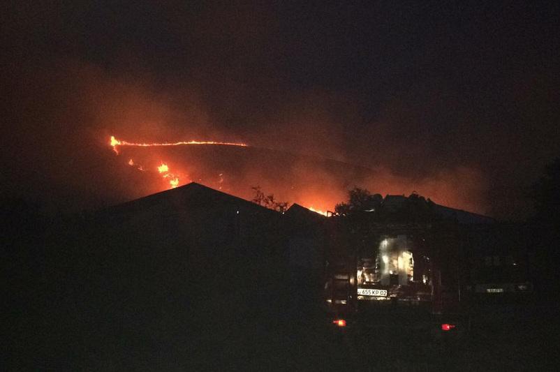 Сухостой горит близ Алматы