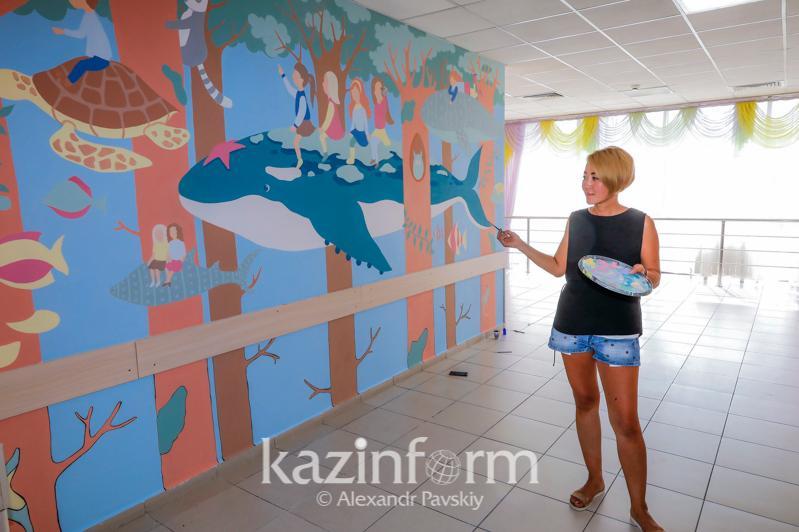 Алматылық суретшілер балалар ауруханаларына ертегілер әлемін салған