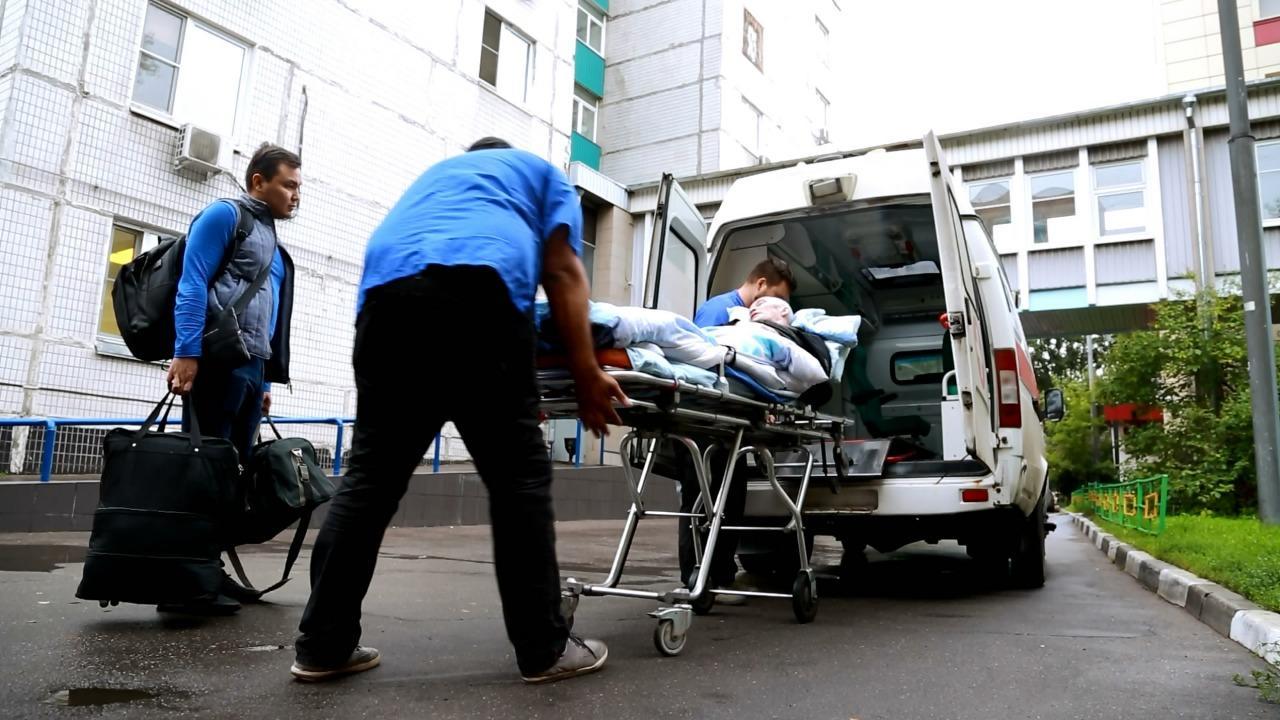 Парализованного в Москве казахстанца посольство помогло доставить на родину