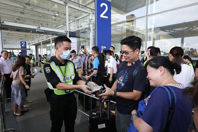 Международный аэропорт Гонконга возобновил работу