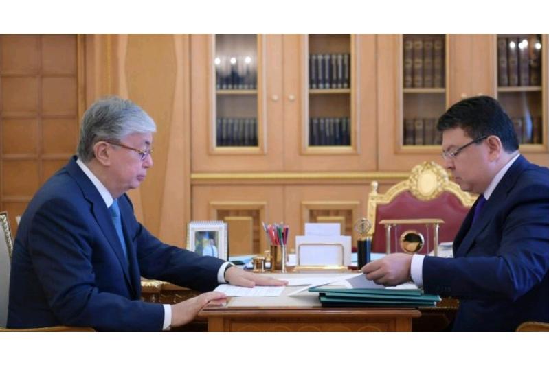 托卡耶夫总统接见能源部部长波兹姆巴耶夫