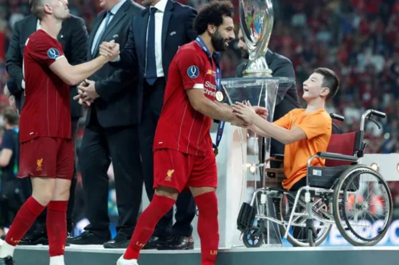 Қазақстандық «Ник Вуйчич» Ливерпуль ойыншыларына УЕФА Суперкубогын табыстады