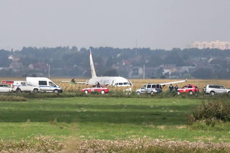 俄罗斯一架客机在莫斯科郊区迫降 已有55人送医