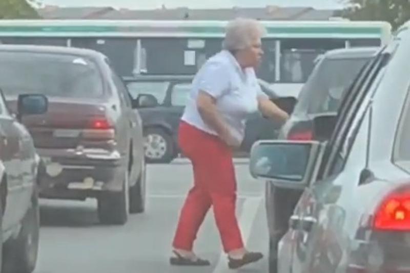 Пожилая женщина избила водителя и повредила авто в Караганде