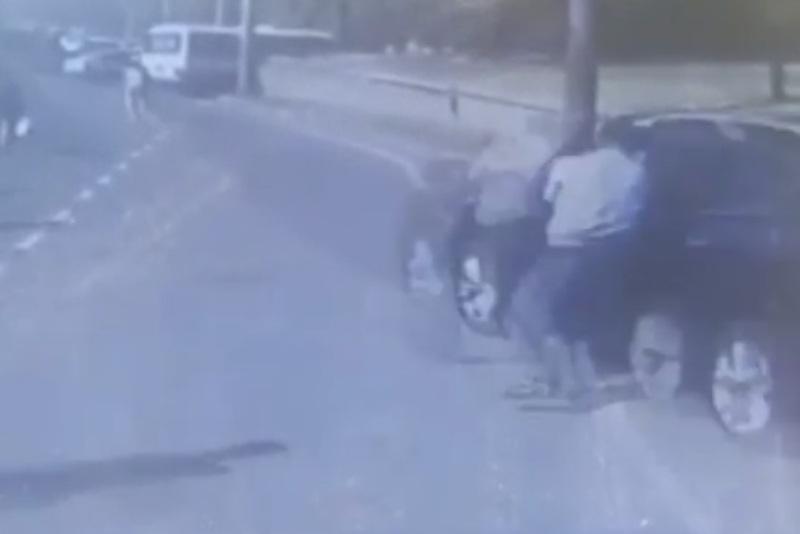 Алматыда полицейді көлігінің есігіне байлап сүйреген жүргізуші ұсталды