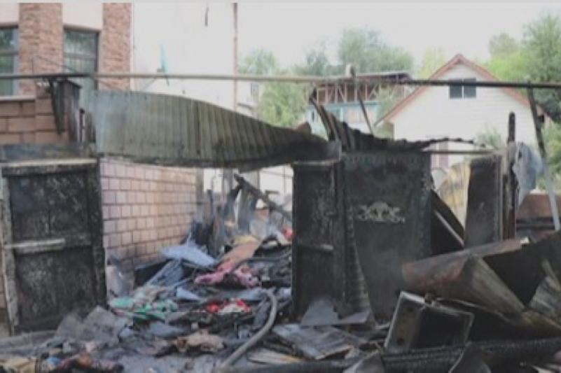 Алматинка решила избавиться от мусора, но сожгла дом