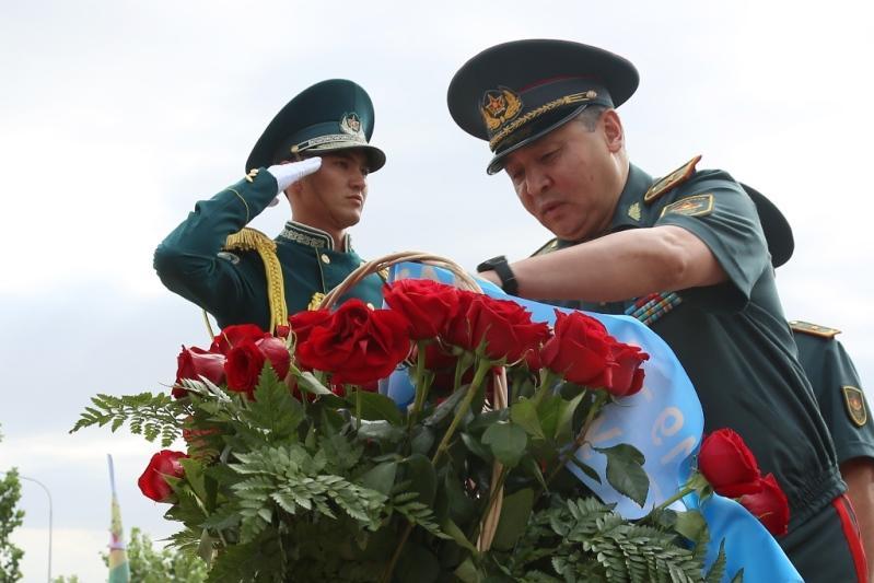Участники Армейских игр возложили цветы к монументу Халық Қаһарманы Сагадата Нурмагамбетова
