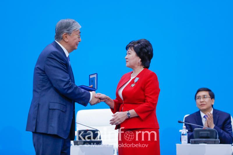 Тоқаевтың қолынан мемлекеттік наградалар алған педагогтар кімдер